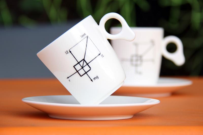 傾いたコーヒーカップ